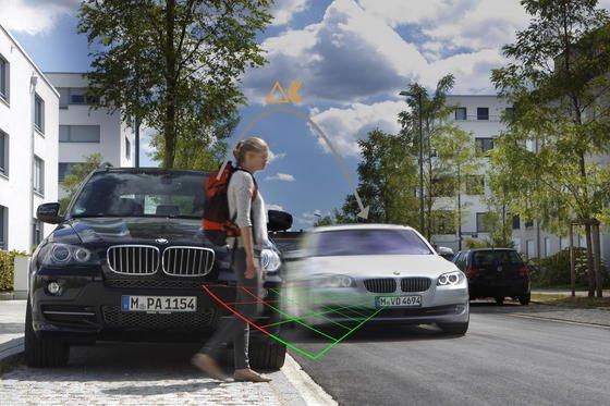 Eine neue Ortungstechnik könnte in Zukunft Autofahrer vor querenden Fußgängern und Radfahrern warnen, selbst wenn die noch nicht zu sehen sind. Dazu müssen die Passanten lediglich mit Transpondern oder Mobiltelefonen ausgerüstet sein. Diese könnten im Ranzen, im Gehstock oder am Fahrrad stecken.