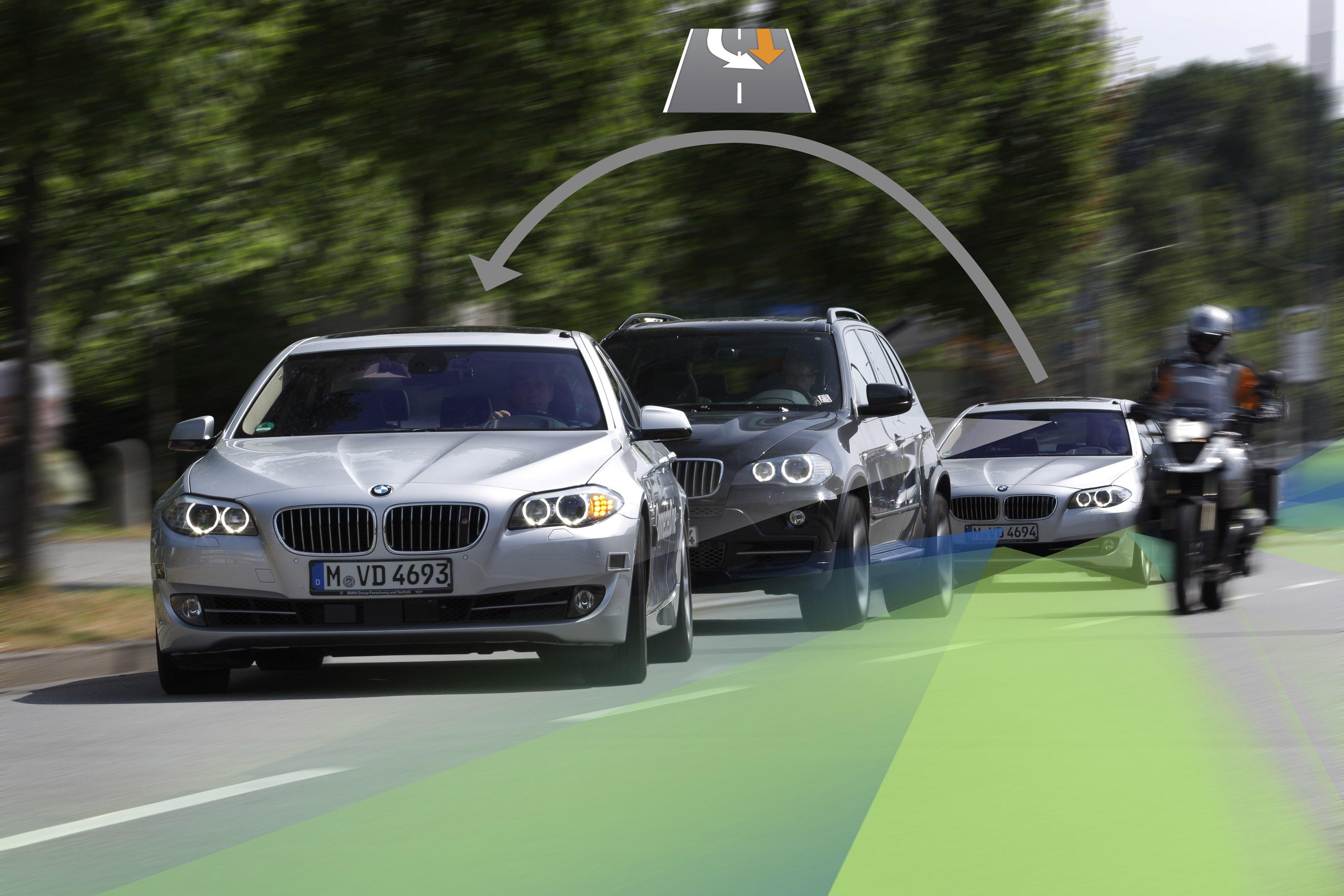 Transponder, die Motorradfahrer tragen, können vom Assistenzsystem im Auto geortet und so der Fahrer gewarnt werden. Transponder in Warndreiecken könnten künftig dafür sorgen, dass nachfolgende Autofahrer informiert sind.