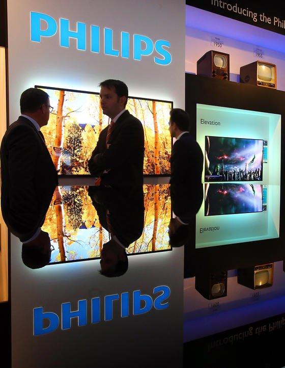 Philips-Stand auf der Internationalen Funkausstellung (IFA) im September 2013 in Berlin: Jetzt hat der niederländische Konzern mitgeteilt, sich ganz vom Geschäft mit TV-Geräten zu verabschieden.
