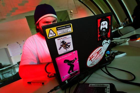 Teilnehmer des Chaos Communication Camps 2007: Hacker haben Millionen Passwörter für Online-Konten geknackt. Das BSI empfiehlt einen sofortigen Online-Check und die Änderung von Passwörtern.