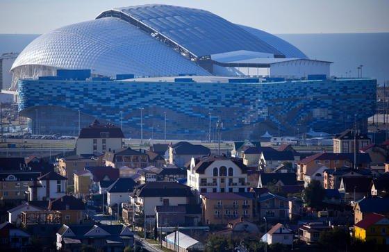 Das Olympiastadion Fisht in Sotschi fällt nicht nur durch modernes Design auf, sondern soll auch mit Nachhaltigkeit punkten: ein spezielles lichtdurchlässiges Deckenmaterial reduziert Kosten für Beleuchtung, Regenwasser wird durch Filteranlagen direkt in die Toilettenspülung geleitet.