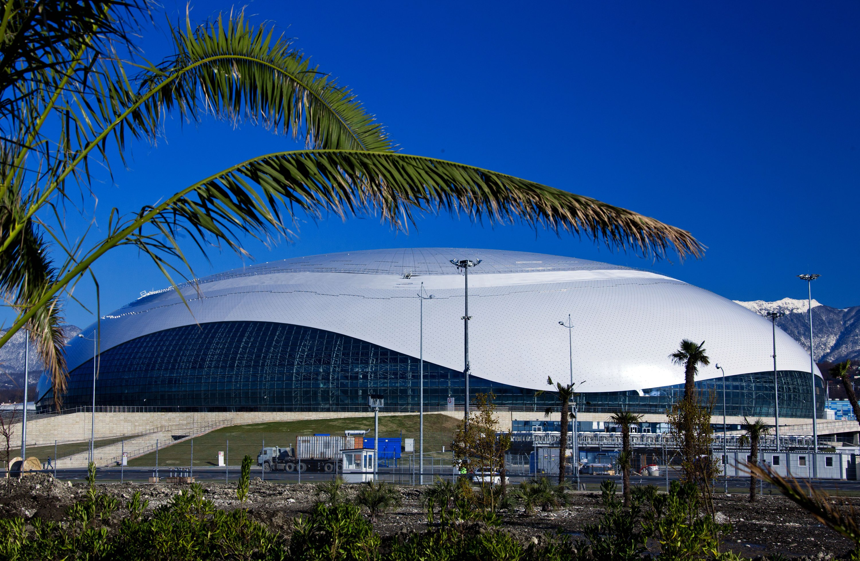 Die Form des Bolschoi-Eispalastes soll an einen gefrorenen Wassertropfen erinnern. Der Bau des Gebäudes für die Eishockeywettkämpfe verschlang 180 Millionen Euro.
