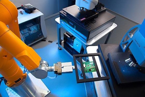 Im MicroLab übernimmt ein Roboter das Probenhandling an den Mikroskopen.