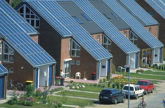 Mit Solarkollektoren lässt sich fossile Energie einsparen. Doch das Einsparpotential variiert regional sehr stark. Die Unterschiede können bis zu 25 Prozent betragen.