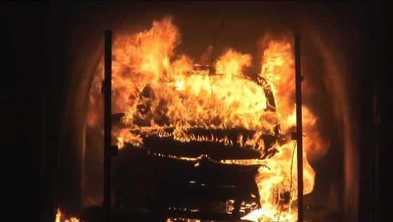 Test mit bedenklichem Ergebnis: Der Brand eines Autos mit R1234yf in der Klimaanlage kann demnach hochgiftige Flusssäure freisetzen.