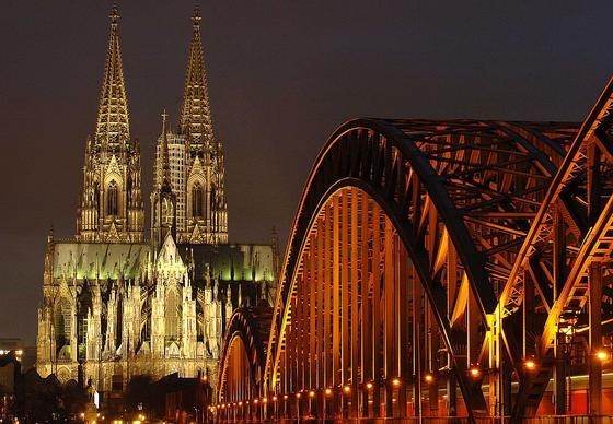 Eine eindrucksvolle Stahlkonstruktion im Schatten des Domes: die Kölner Hohenzollernbrücke.