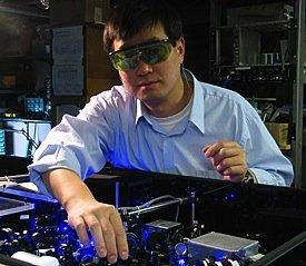 """Jun Ye baute mit seinem Team die """"Strontium-Gitteruhr""""."""