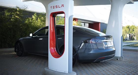 Bis Ende 2014 will Tesla Deutschland flächendeckend mit Ladestationen versorgen. Sie liefern bis zu 120 Kilowatt Gleichstrom und sind mit einer Ladezeit von 30 Minuten deutlich schneller als öffentliche Stationen.