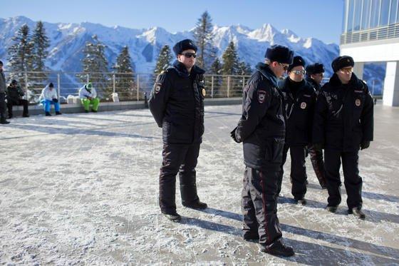 Russische Polizisten vor dem Skilanglaufzentrum Laura auf dem Psechako-Bergkamm. Dass sie zuverlässigen Schutz vor Terroranschlägen bieten können, bezweifeln immer mehr Menschen in den USA. Auch die Sportler sind beunruhigt und engagieren private Sicherheitsfirmen.