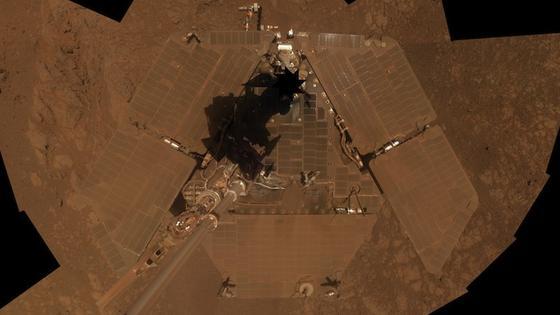 Opportunity aus Vogelperspektive. Dieses Selbstportrait machte der Marsrover pünktlich zu seinem zehnjährigen Jubiläum auf dem Roten Planeten. Und auch wenn seine Instrumente in die Jahre kommen, hat er jetzt erneut wichtige Daten über die Marsgeschichte geliefert.