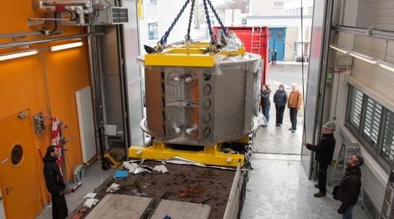 Ein Schwerlastkran bringt den rund 20 Tonnen wiegenden Hochfeldmagneten in die Montagehalle des Helmholtz-Zentrums Berlin (HZB).