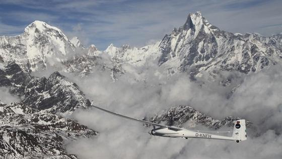 DLR-ForschungsflugzeugStemme S10VTX im Himalaya: Innerhalb von drei Wochen wollen die Forscher Gebirgsregionen fotografieren und zu einem 3D-Modell zusammensetzen.