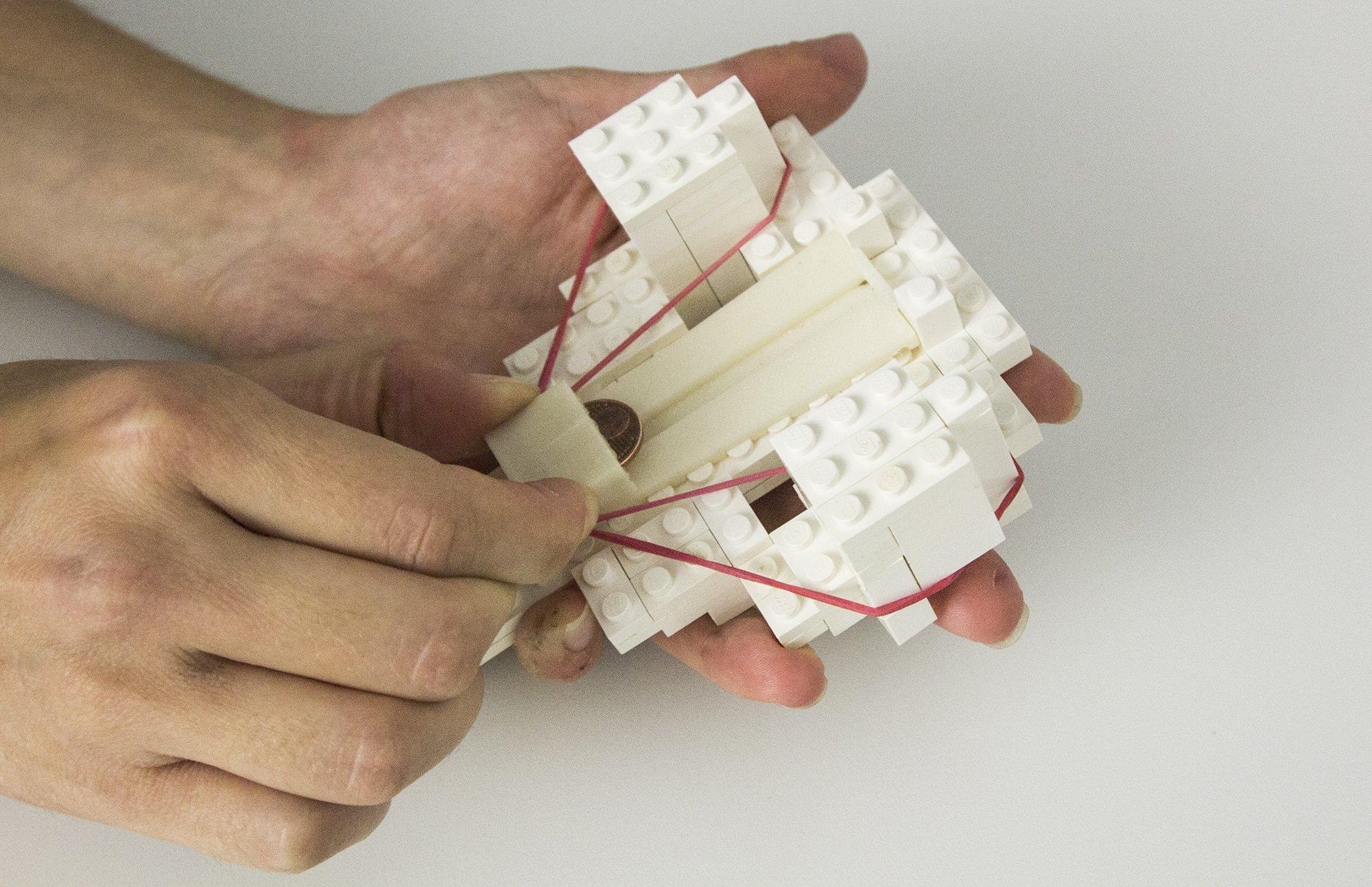 Bei dem Verfahren faBrickation werden nur noch die wichtigsten Details mit dem 3D-Drucker angefertigt. Der Rest wird aus Legosteinen zusammengesetzt.