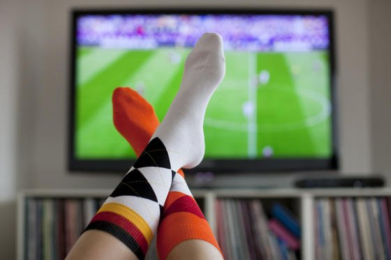 Unbemerkt spionieren Smart-TVs die Fernsehgewohnheiten der Menschen aus. Möglich macht das HbbTV, der Nachfolger des klassischen Videotextes, der Fernsehen und Internet miteinander verbindet.