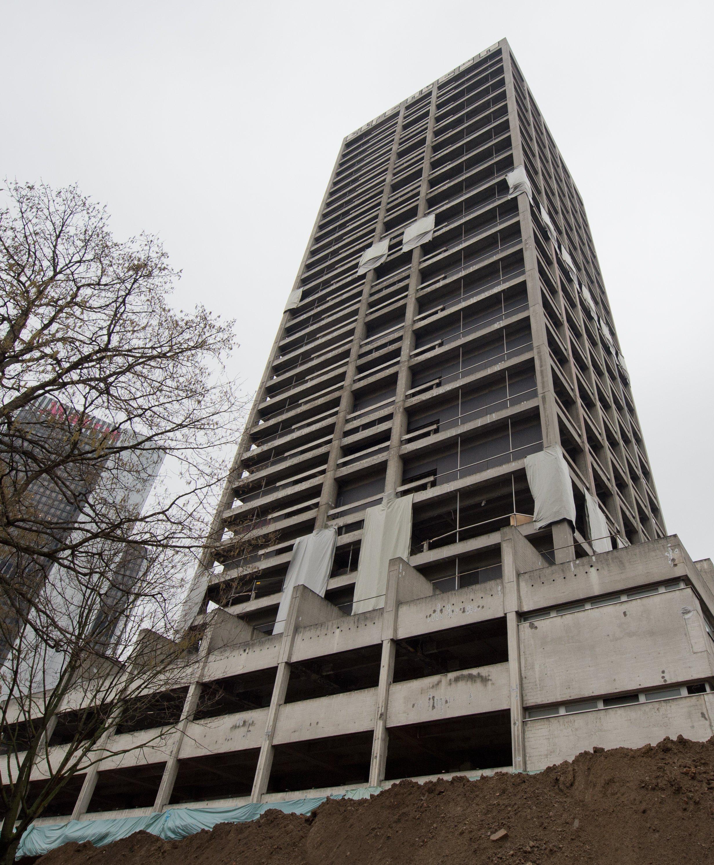 Bereit zur Sprengung ist der AfE-Turmin Frankfurt am Main: Seit Monaten wurde das Gebäude entkernt. Insgesamt werden 950 Kilogramm Sprengstoff benötigt, die 1403 Bohrlöcher füllen.50.000 Tonnen Schutt werden nachder Sprengung übrig bleiben.