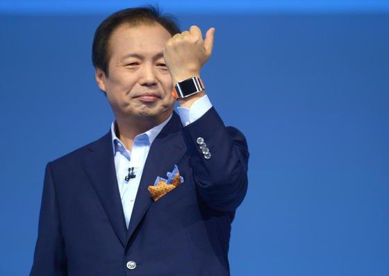 Samsung-Chef JKShin präsentierte auf der IFA 2013 die neue Smartwatch des Unternehmens. Auf der nächsten IFA im September soll eine Datenbrille folgen, die mit dem Smartphone verbunden ist.