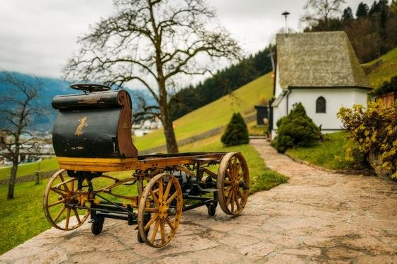 Seit 1902 galt der erste Porsche P1 als verschollen. Im Herbst vergangenen Jahres wurde die elektrisch angetriebene Kutsche weitgehend ohne Aufbauten in einer Scheune in Österreich entdeckt.