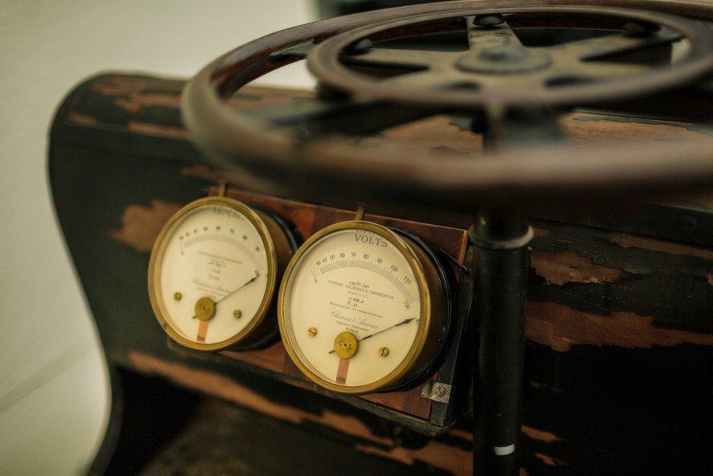 Der erste Porsche wurde elektrisch angetrieben, die Spannung der Batterie konnte der Fahrer auf französischen Instrumenten ablesen.
