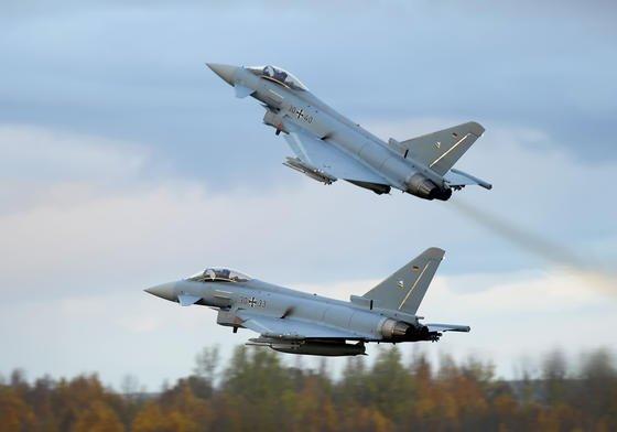 Das Airbus-Werk im oberbayerischen Manching ist für die Endmontage des Eurofighters zuständig. Hier sollen 1000 von 4200 Mitarbeitern ihre Jobs verlieren. Aufgrund von milliardenschweren Auftragseinbrüchen kann Airbus die Kapazitäten nicht mehr auslasten.