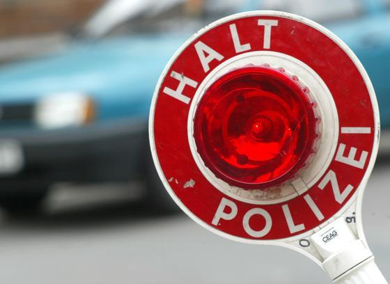 Nach Plänen der EU-Arbeitsgruppe ENLETS gehört die Kelle bald der Vergangenheit an. Die Polizei soll Fahrzeuge künftig ferngesteuert stoppen können. Dafür müssten die Autos bei der Produktion entsprechend technisch präpariert werden.