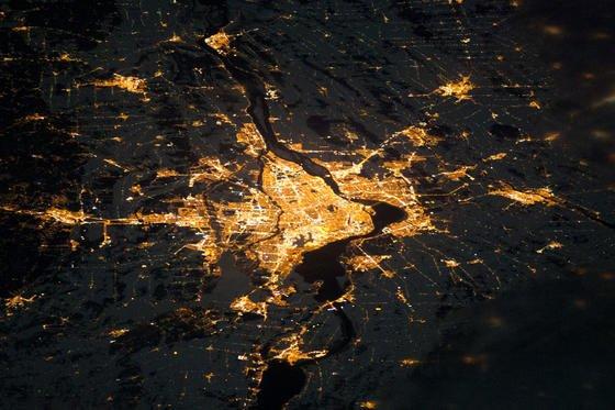 Aufnahme einer Stadt aus dem All: Die Internationale Raumstation ISS ist jetzt mit zwei HD-Videokameras ausgestattet und überträgt demnächst rund um die Uhr Aufnahmen der Erde im Livestream.