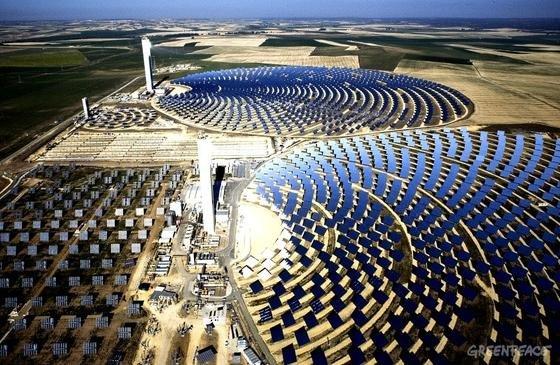 Solarkraftwerk in Sevilla mit Solarturm: Ein ähnliches Kraftwerk mit deutscher Technik soll die algerische WüstenstadtBoughezoul mit Strom versorgen.