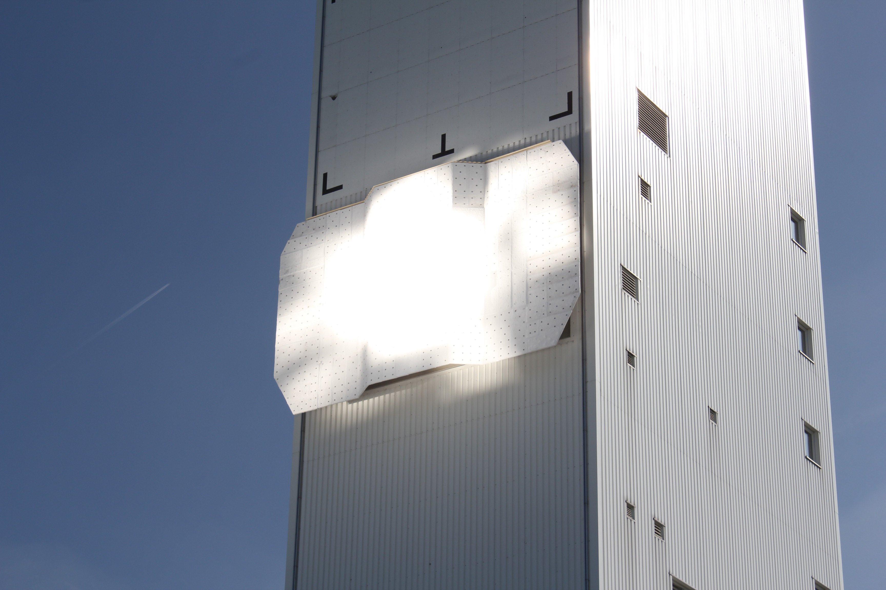 Ein Strahlungsempfänger sammelt an der Spitze des Turms die Sonnenstrahlen der auf ihn gerichteten Spiegel und wandelt die Sonnenenergie in Wärme um. Der Receiver arbeitet mit einer Betriebstemperatur von bis zu 700 Grad Celsius. Dadurch kann die Solarenergie sehr effizient in Wärme und anschließend in Strom umgewandelt werden.