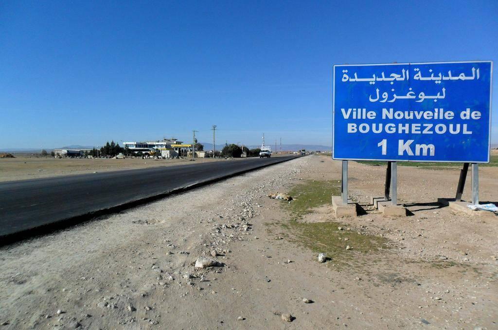 Straßenschild nach Boughezoul in Algerien: Die Stadt mit 17.000 Einwohner soll auf 350.000 Einwohner wachsen und braucht dafür sehr viel Strom.