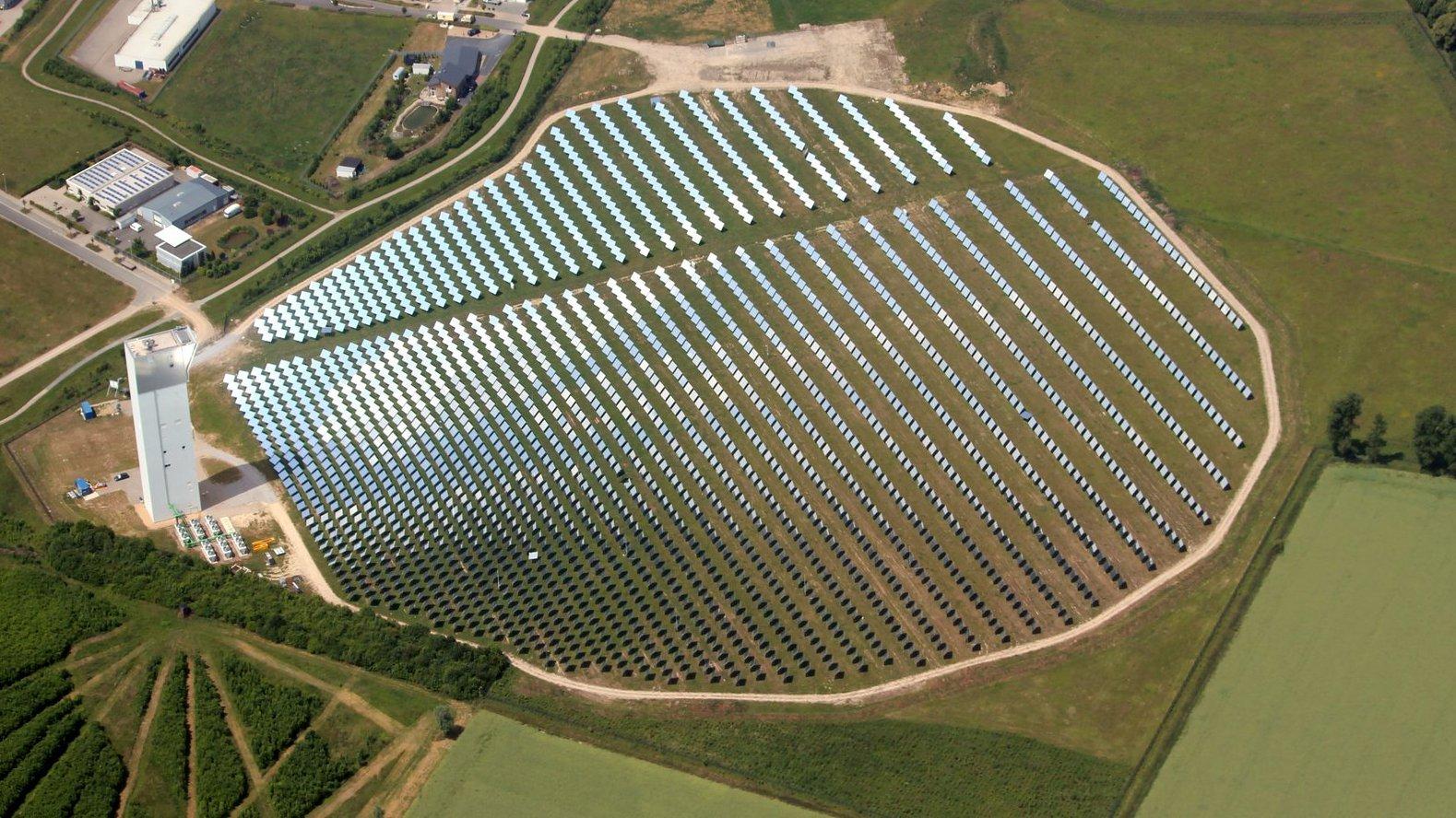 Solarturmanlage in der Nähe von Jülich am Niederrhein:2153 bewegliche Spiegel (Heliostate) lenken die Sonnenstrahlen auf die Spitze des 60 Meter hohen Turms. Das Kraftwerk im Rheinland erreicht eine Spitzenleistung von 1,5 Megawatt.