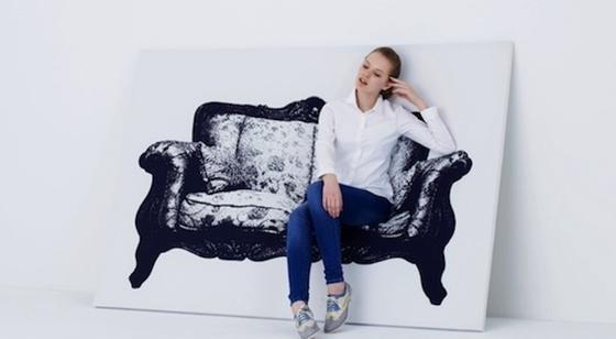 Stellt man das Bild des barocken Sofas schräg an die Wand, kann eine Person bequem darin Platz nehmen. Möglich wird das durch einen besonders flexiblen Stoff, der über einen Rahmen aus Holz und Aluminium gespannt ist.