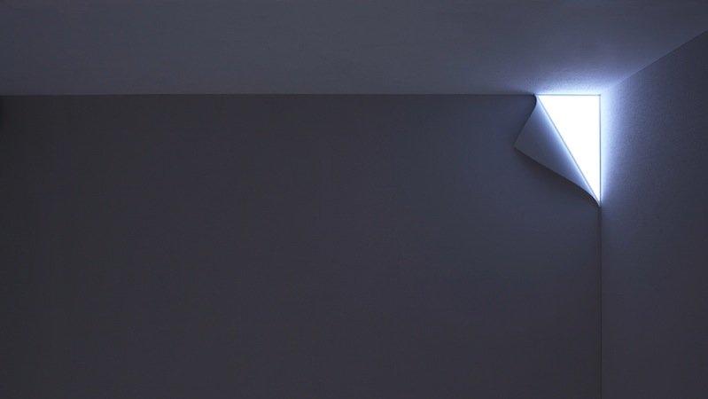 Die Wandlampe Peel erzeugt die optische Täuschung, jemand hätte ein Stück der Tapete abgezogen und eine geheimnisvolle Lichtquelle freigelegt.