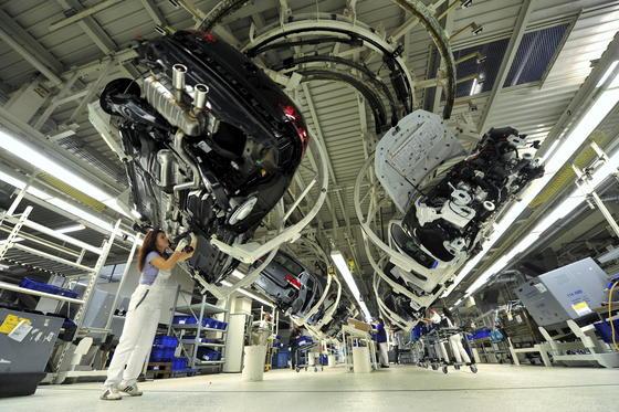 Volkswagen-Werkin Wolfsburg:Kleben ist die beste Möglichkeit, unterschiedliche Werkstoffe miteinander zu verbinden – etwa das im Fahrzeugbau immer häufiger verwendete Leichtmetall Aluminium mit Stahl.