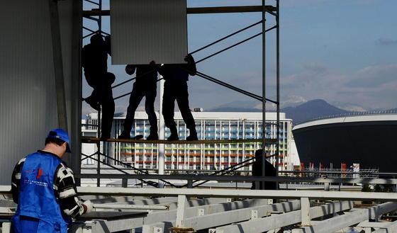 Bauarbeiten in Sotschi:Die Gesamtkosten für Sportstätten und Infrastruktur haben sich von zehn auf 40 Milliarden Euro erhöht. Der russische Oppositionelle Alexander Nawalny hat im Internet eine Liste veröffentlicht, mit der er belegen will, dass milliardenhohe Bestechungsgelder geflossen sind.