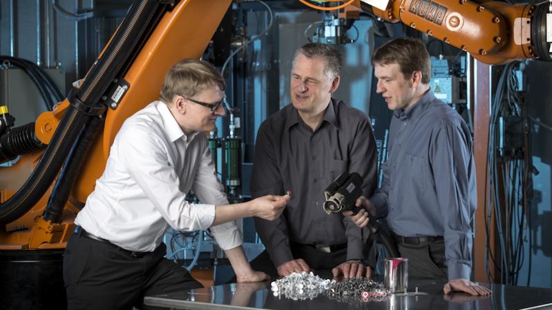 Der neue Klebstoff der Forscher des Fraunhofer-Instituts lässt sich bereits bei der Produktion der Bauteile auftragen. Im Fahrzeugbau lässt er sich dann mit einem Heißluftfön aktivieren. Das erspart den nervigen Umgang mit Flüssigklebstoffen.
