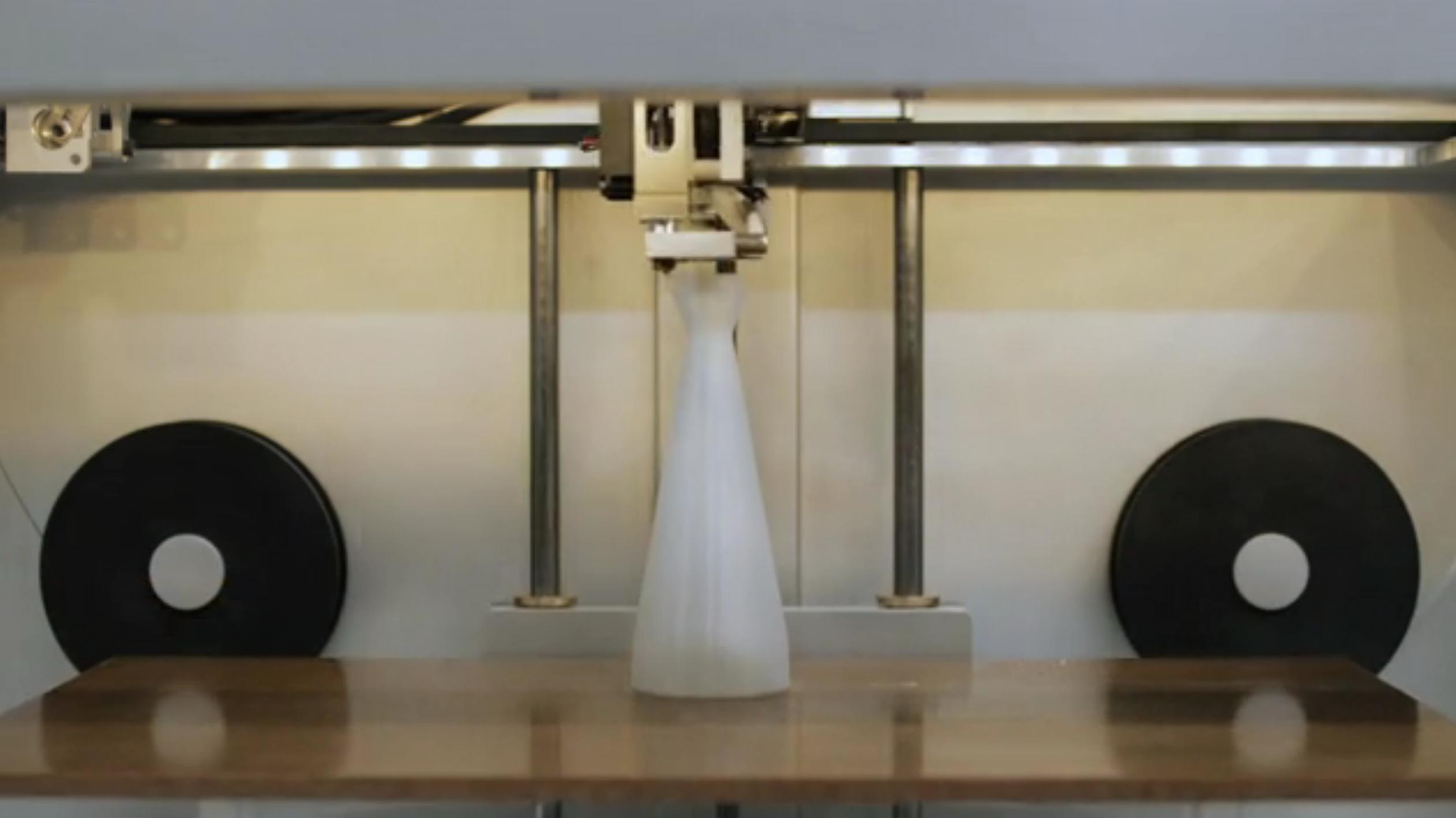 Der 3D-Drucker Mark One kann sogar CFK verarbeiten und könnte damit besonders beanspruchte Bauteile für die Autoindustrie und Luftfahrt herstellen. Auch Prothesen könnten künftig aus dem Drucker kommen.