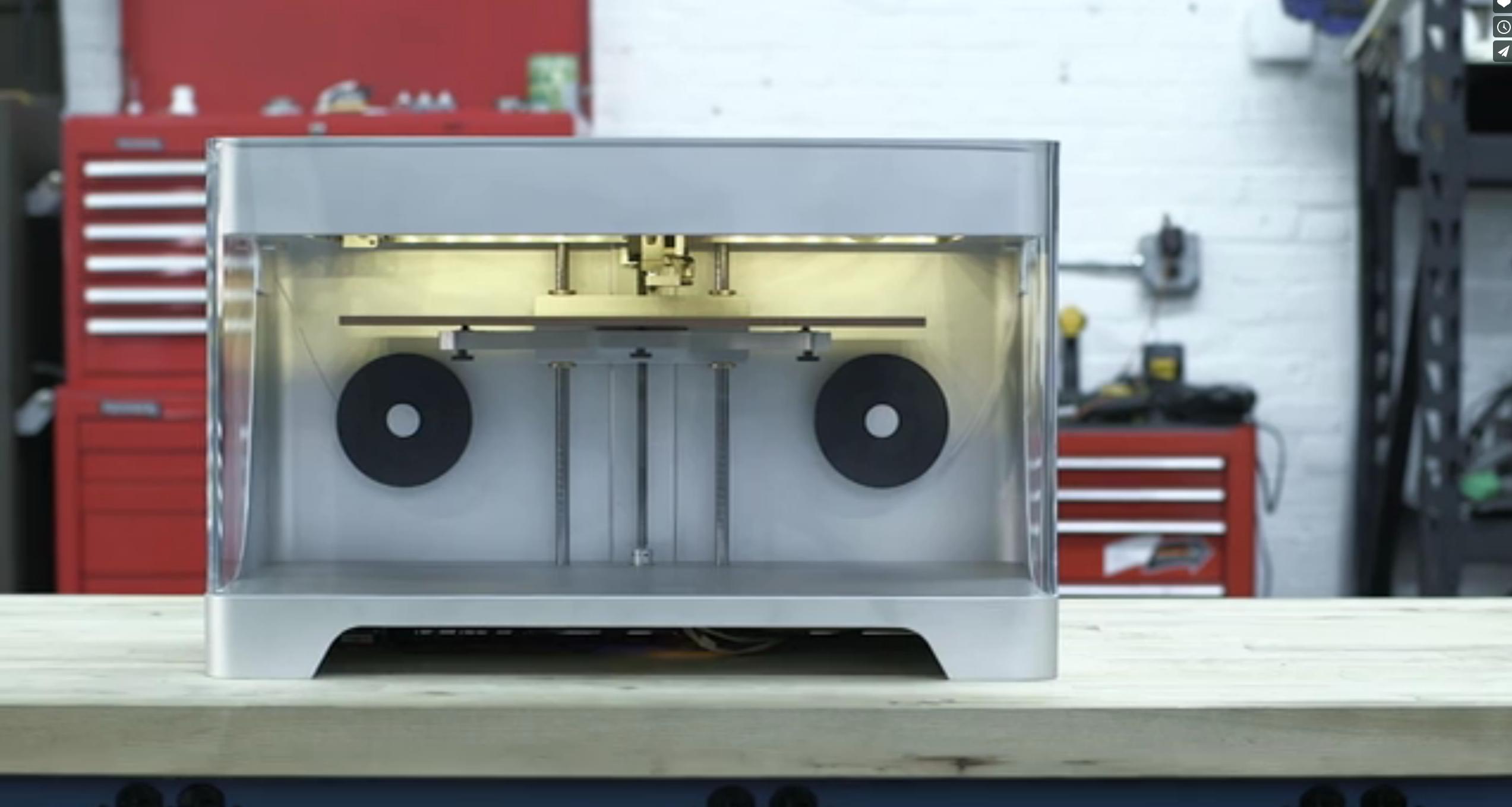 Der 3D-Drucker von Gregory Mark soll 5000 Dollar kosten und wird Mitte des Jahres ausgeliefert. Er soll weltweit der erste sein, der Karbonfasern verarbeiten kann.