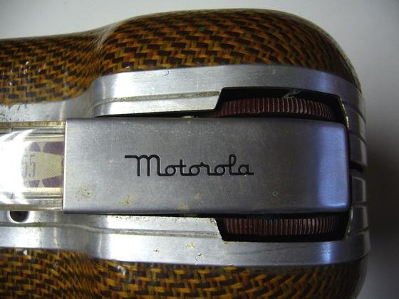 Tragbares Radio von Motorola von 1948: Der amerikanische Traditionsmarke, 2012 von Google übernommen, ist jetzt chinesisch. Der IT-Konzern Lenovo hat Motorola übernommen. Immerhin soll es weiterhin Smartphones unter der Marke Motorola geben.