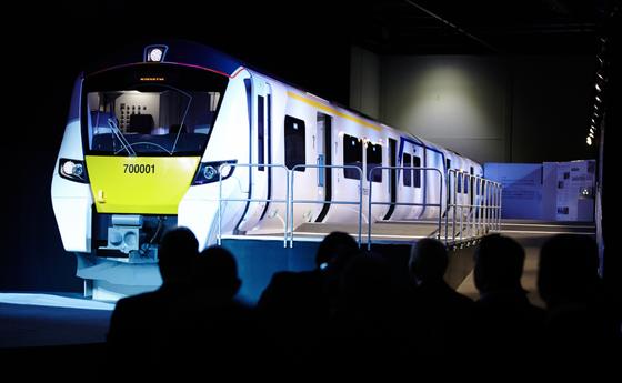 Im Londoner ExCel-Centre präsentierte Siemens jetzt ein Modell des Zugs Class 700. Ab 2016 soll er auf der modernisierten Thameslink-Route fahren. Er erreicht eine Höchstgeschwindigkeit von 160 km/h.