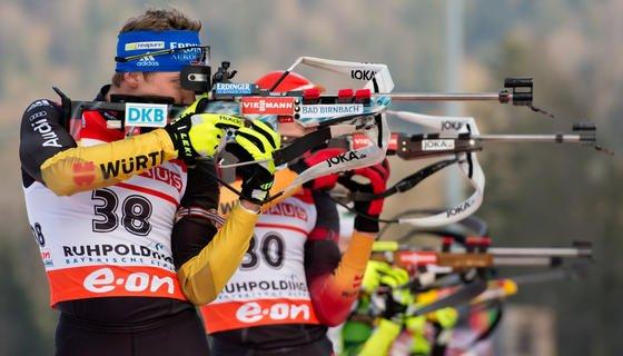 Die deutschen Biathleten Andreas Birnbacher (l.) und Arnd Peiffer am 12. Januar 2014 beim Biathlon-Weltcup in Ruhpolding: Zum Sieg fehlten der deutschen Staffel nur 0,1 Sekunden. Die Universität Leipzig unterhält einen Schießstand mit 8200 Sensoren, die das Verhalten der Schützen beim Schießen genau analysieren.