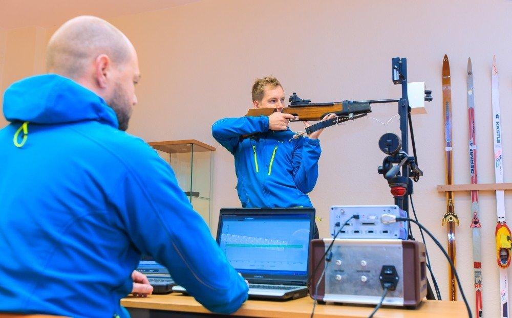 Schießmessstand an der Universität Leipzig:Juniorprofessor Dr. Dirk Siebert und Nico Essig, wissenschaftlicher Mitarbeiter, bei einer Schießübung. Mit der Hightech-Anlage können Biathleten ihre Schusstechnik verbessern.