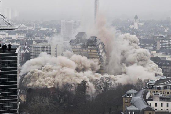 Mitten in der Frankfurter City stand der 116 Meter hohe Uni-Turm. Seine Sprengung war ein technisches Meisterwerk. An den umliegenden Gebäuden gab es keine Schäden, außer drei zerborstenen Scheiben am Marriott-Hotel.