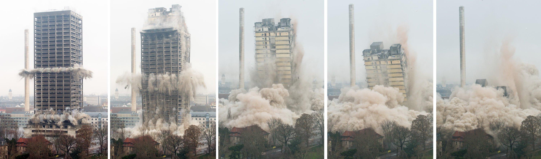 Sprengung des Uni-Hochhauses in Frankfurt: Zunächst wurde das Außengerippe gesprengt, dann der innere Betonkern. 50.000 Tonnen Stahlbeton falteten sich innerhalb von zehn Sekunden zusammen. Der Staub wurde mit 25.000 Litern Wasser bekämpft, die im Inneren des Hochhauses untergebracht waren.