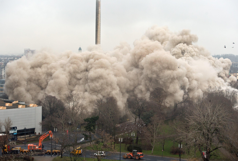 Eine riesige Staubwolke lag nach der Sprengung über dem Schutt des Uni-Hochhauses in Frankfurt.