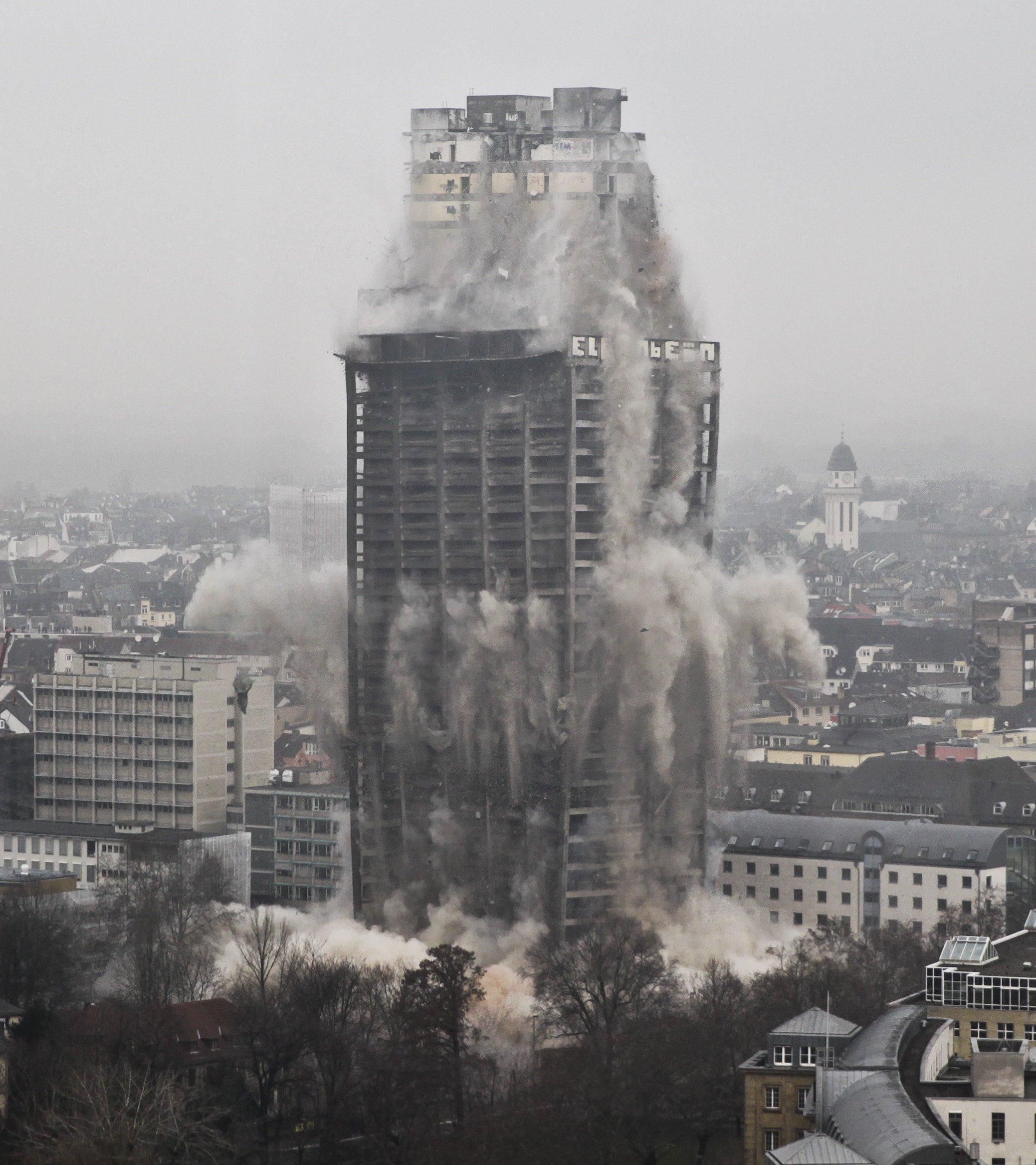 Deutlich zu sehen: Zunächst wurde die Außenhaut des Hochhauses gesprengt. Als sie zur Hälfte nach unten gefallen war, wurde der Betonkern des Hochhauses gesprengt.