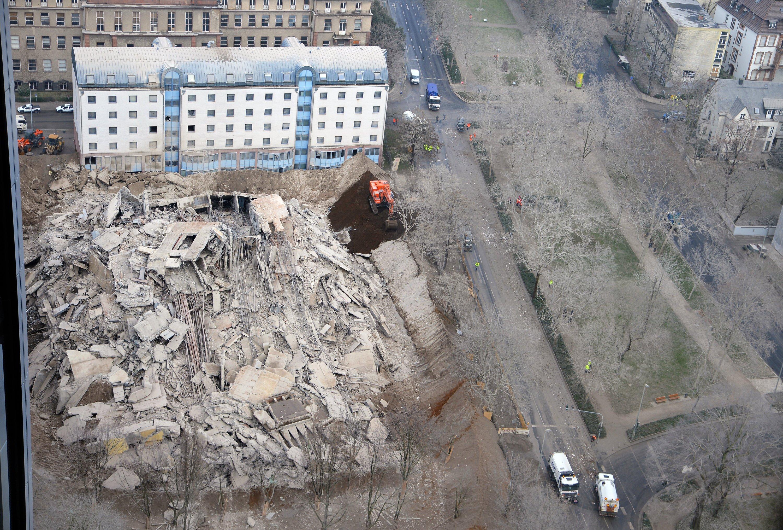 50.000 Tonnen Bauschutt blieben vom gesprengten Uni-Turm in Frankfurt übrig, fotografiert aus dem 33. Stock des benachbarten Marriott-Hotels. Deutlich zu sehen sind die verstaubten Bäume und Nachbarhäuser.