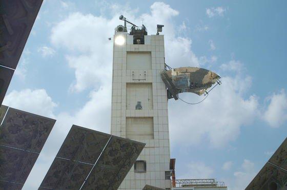 """Die Solarturmanlage der Weizmann-Institute liefert die enorme Hitze für den NewCO<custom name=""""sub"""">2</custom>Fuels-Reaktor."""