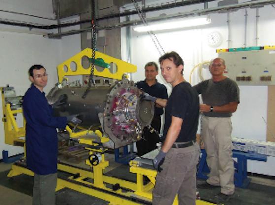 Das Team von NewCO2Fuels und sein Reaktor.
