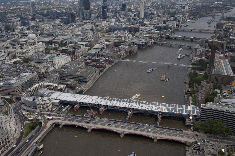 Der Londoner Bahnhof Blackfriars liegt mitten in der Themse auf einer Brücke aus viktorianischer Zeit. Er wurde mit einer riesigen Solaranlage ausgerüstet, die den halben Strombedarf des Bahnhofes deckt, der von jährlich acht Millionen Fahrgästen genutzt wird.