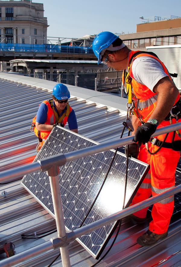 Auf dem Dach der Bahnstation Blackfriars, mitten in der Themse, wurden 4400 Solarmodule montiert.