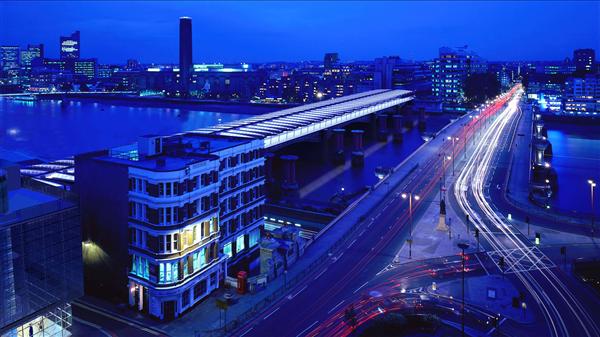 Der Bahnhof Blackfriars in London bei Nacht.